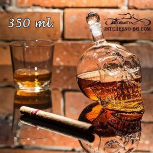 Оригинален подарък-стуклена бутилка за алкохол във формата на череп.