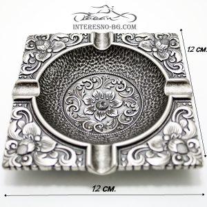 Интересен метален пепелник с орнаменти.