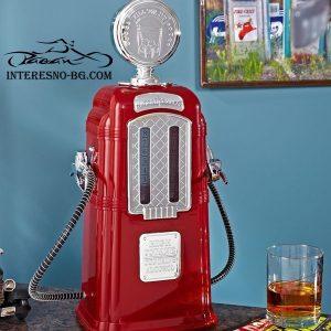 Ретро бензинова колонка-диспенсър за напитки.
