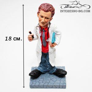 Интересна и предизвикваща усмивки статуетка на лекар.