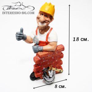 Интересна и предизвикваща усмивки статуетка на строител.
