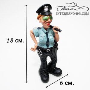 Интересна и предизвикваща усмивки статуетка на жена полицай.