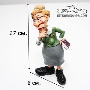 Интересна и предизвикваща усмивки статуетка на учителка.