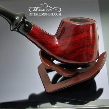 Стилна дървена лула за пушене на тютюн.