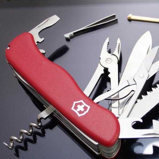 Швейцарски мултифункционален нож с 18 функции.